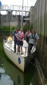 L'équipage en proue de Malo pendant le passage d'une écluse.