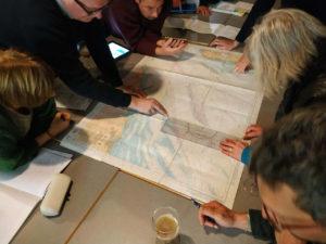 membre du LUC Voile discutant et préparant un voyage. La carte est sorti et les discussions vont bon train pour établir la feuille de route.